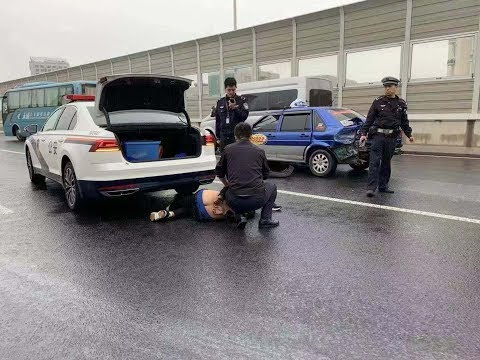 【RARE inside view】ShangHai police highspeed chase fake taxi on Slippery road