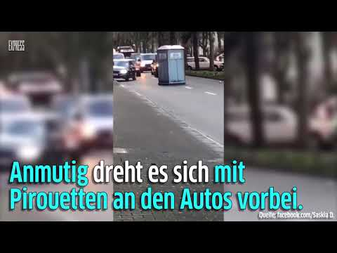 Sturmtief Friederike: Dixiklo in Düsseldorf über Straße geweht