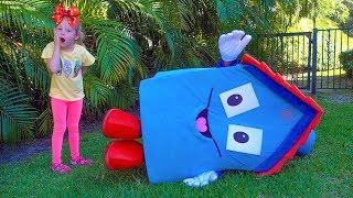 التظاهر ستايسي اللعب مع بيت اللعب الحية