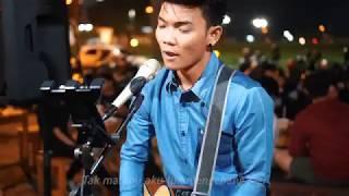 Download MENEPI  NGATMOMBILUNG LIRIK LIVE AKUSTIK COVER BY {pengamen jogja} Tri Suaka