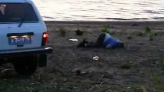 пьяные в хлам мусора на пляже