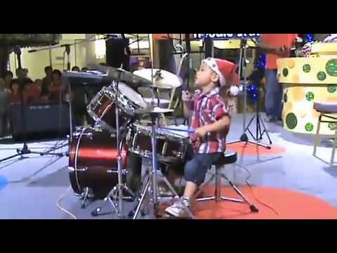 YouTube   Chú nhóc 3 tuổi đánh trống trong band rock  yêu quá cơ  X