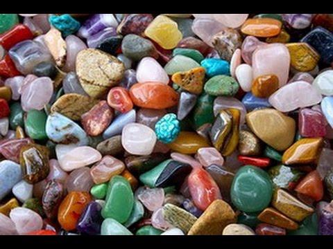 Поиск камней, минералов, кристаллов и окаменелостей в саду у дома.