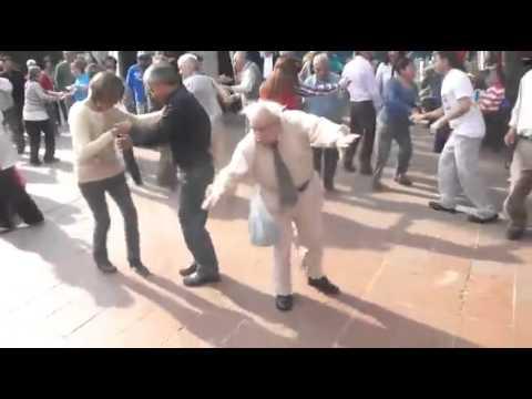 Papy danse le rock avec ses cannes! Hilarant