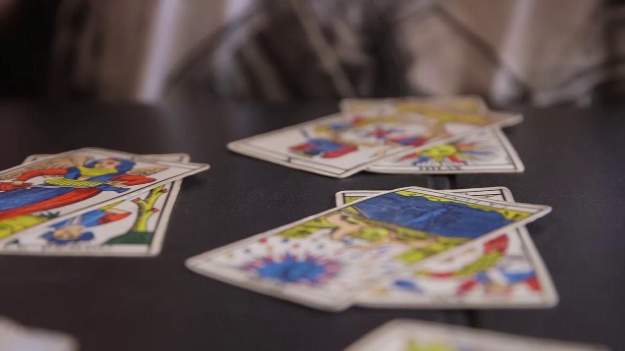 Comment se tirer les cartes avec le tirage en croix - YouTube 80ef6b289c7f