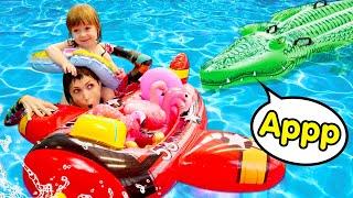 Бьянка и Крокодил в Бассейне! Маша Капуки купает игрушки. Привет, Бьянка!