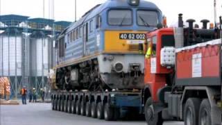 116 tonnás mozdonyt emeltek daruval hajóra