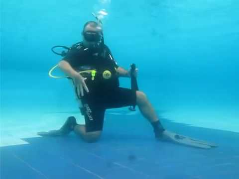 Remove, replace, adjust and secure the weight system (underwater) - Demo by Alain Barrat.