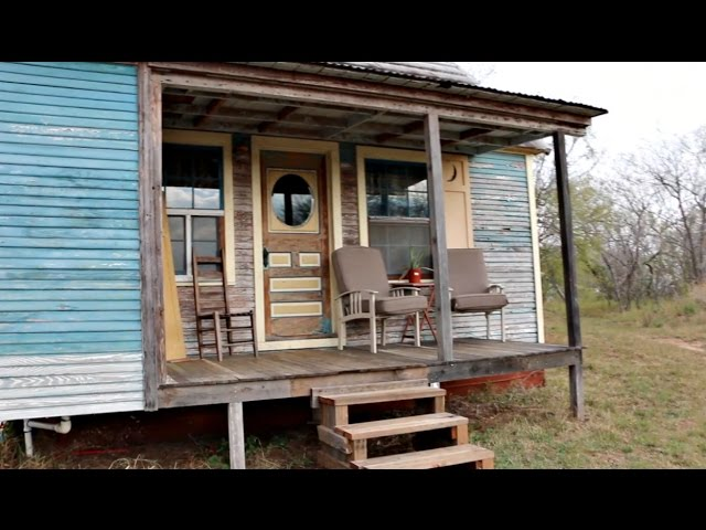Tiny Vintage House ... I LOVE the Paint!