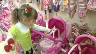 Шопинг в детском магазине игрушек покупаем подарок для куклы Беби Борн