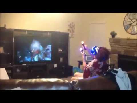 Abuela jugando a Realidad Virtual en PlayStation con realidad Virtual
