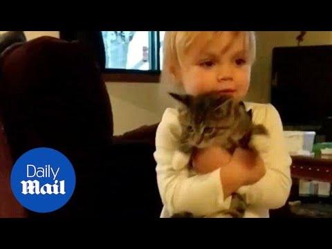 Близнаци добиваат преслатко маче на подарок – реакцијата е бесценета
