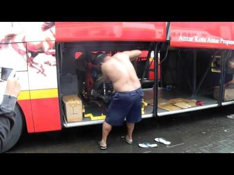 Proses memasukan motor ke dalam bagasi bus
