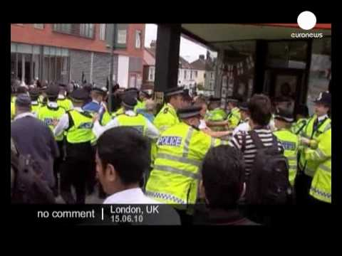 United Kingdom: scuffles between Muslim and far-right groups - no comment