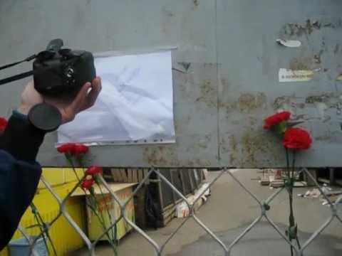 Цветы и надпись на листке: Убийца, тебя найдут!