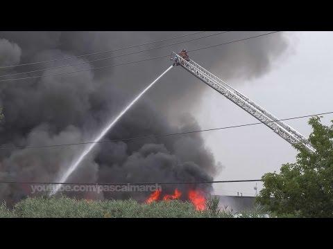 Lightning ignites large industrial fire - Un éclair allume un feu industriel à Longueuil