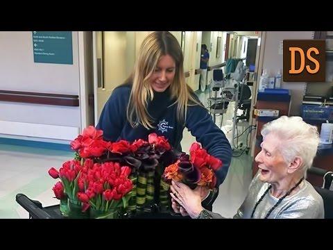Видео Флорист делает букеты из цветов, оставшихся после свадеб, и дарит их пожилым людям ЖЯ
