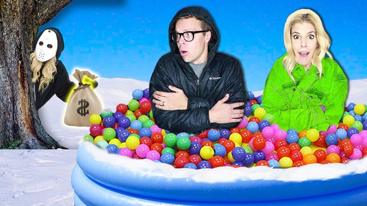 LETZT ZU VERLASSEN Riesige Ballgrube im Schnee gewinnt 10.000 $! (Spielmeister Hidden Clues & Rebecca Zamolo Twin) video