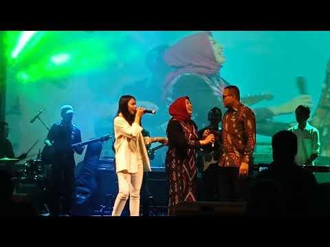 ENTAH APA YANG MERASUKIMU - DYAH NOVIA Mengajak Ibu Dan Bapak Camat Kademangan Bernyanyi Bersama