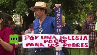 """""""Por una iglesia para los pobres"""": El papa Francisco se enfrenta con la crítica al llegar a Chile"""