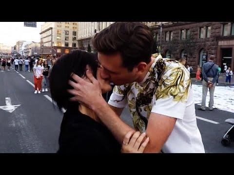 Как Поцеловать Девушку с помощью 1 рубля   Kissing Prank   Поцелуй с незнакомкой   Развод на поцелуй