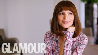 "Emily Ratajkowski's Tinder Tips: ""Don't Date Boys with Topless Photos!""  