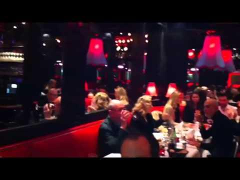 Destino PARÍS: Cena con espectáculo