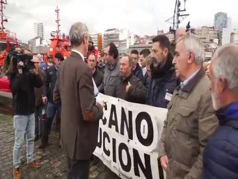 Alfonso Rueda conversa con los extrabajadores de Vulcano
