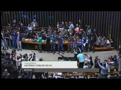 Momento em que manifestantes invadem o plenário da Câmara dos Deputados