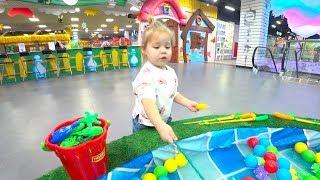 Baby Born и София развлекаются катаются на машинках  ловят рыбок и играют в игрушки