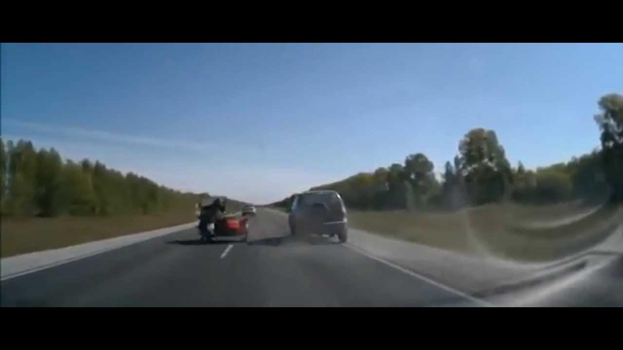עקיפה מסוכנת הכביש גורמת לתאונה בין רכב לאופנוע