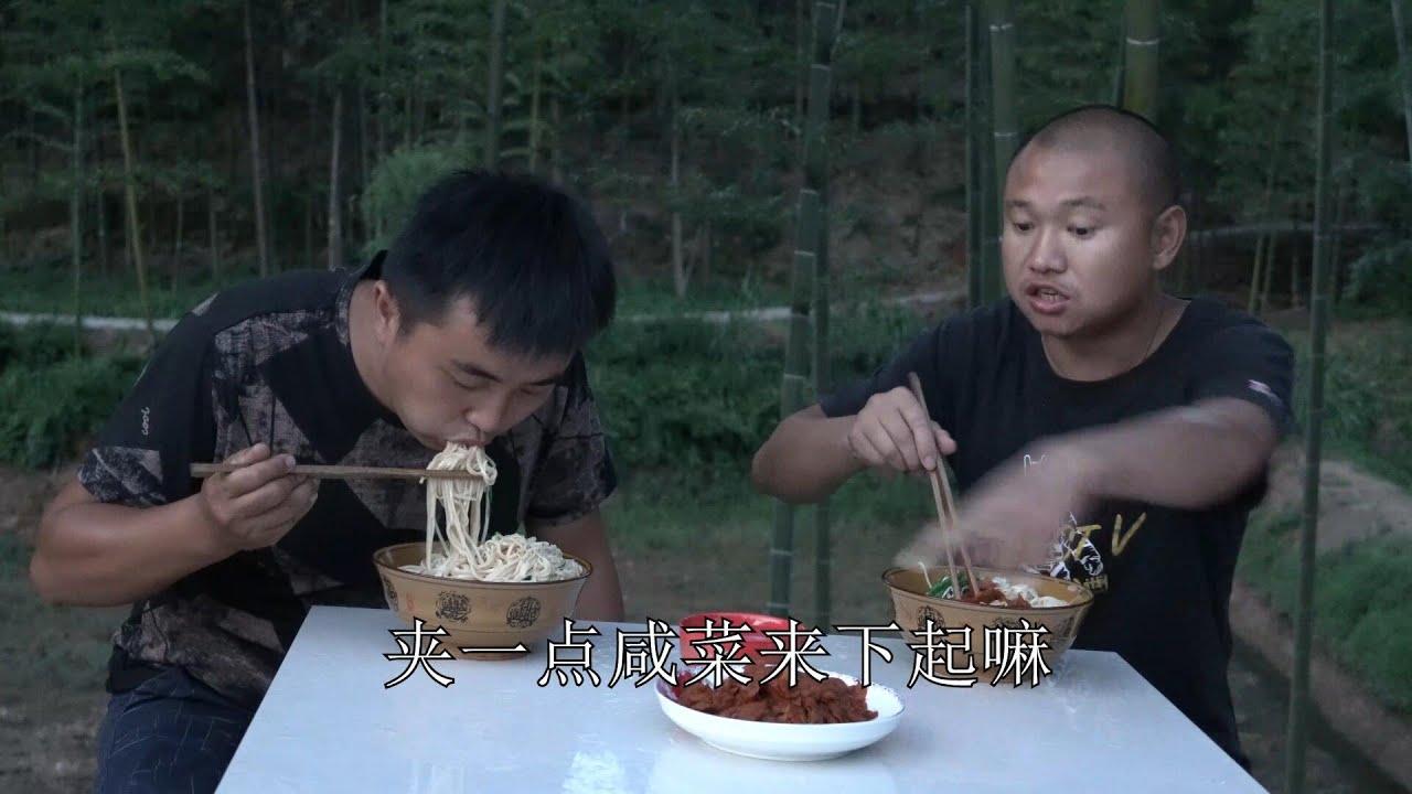 【农村四哥】农村四哥再查鱼塘放水,整1斤干面煮清汤面,哧溜溜大口猛吃真爽