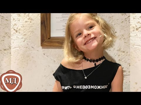 ДОЧЬ ТИМАТИ АЛИСА поет песню Кукарача и танцует в уличной кафешке!