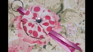 Faça você mesma: Chaveiro de flor de tecido Por Michelle Rocha