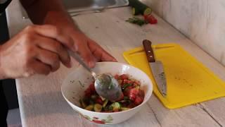 Салат из помидоров и огурцов. На скорую руку.