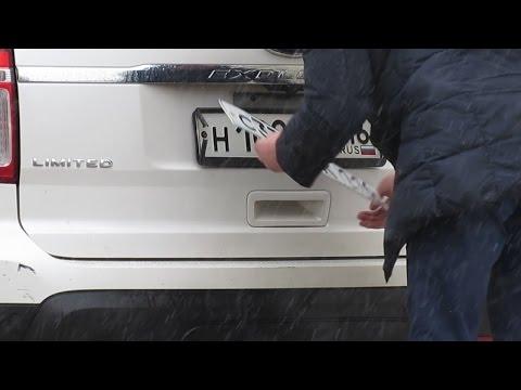 В центре Казани владелец Ford Explorer заменил номера за спиной сотрудника ДПС