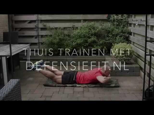 Rug thuis trainen: hyper extensions handen onder de kin