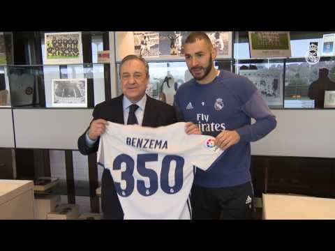 Karim Benzema receives a special shirt to mark his 350 appearances!
