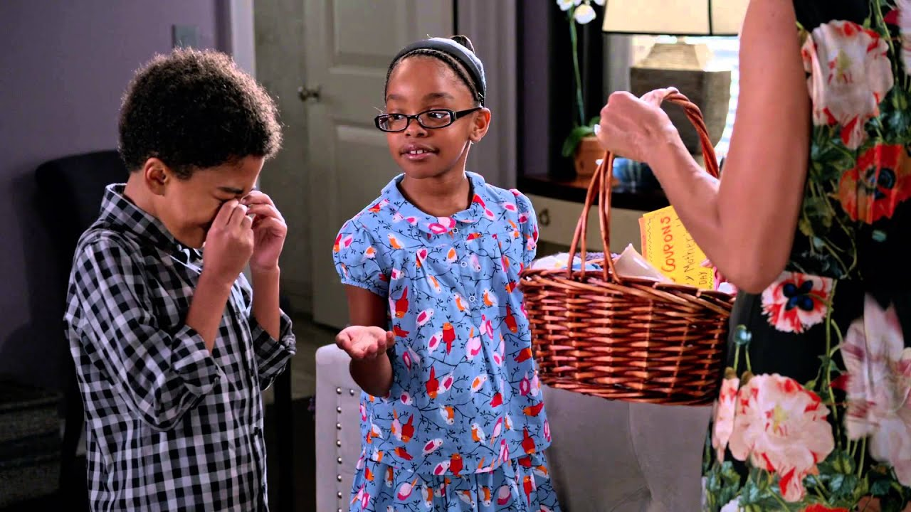 Download Bow Opens Diane's Mother's Day Gift - black-ish