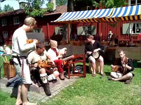 Musikalisk underhållning från medeltidsmarknaden