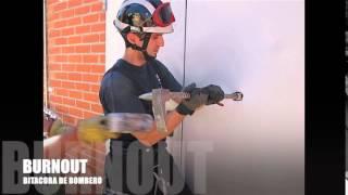 Apertura de puerta antipanico por bomberos con barra Halligan