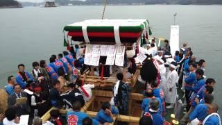 御輿とだんじりを船にのせて久司浦港を出発。船上では 「ちょうさ、ちょ...