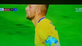 Calcio scorretto: i giocatori del Frosinone gettano in campo i palloni mentre attacca il Palermo