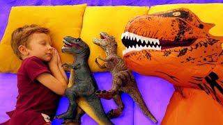 Сонный Лёва весело укладывает спать динозавров, играет с ними и катается на машине с Папой и Дино