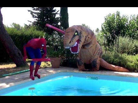 Spiderman et la reine des neiges contre dino g ant piscine for Piscine dinosaure