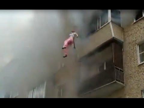 Семья выпрыгивала с 5-го этажа горящего дома. Струнино, Владимирская область