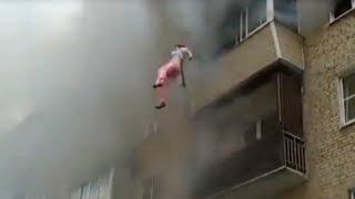 Семья выпрыгивала с 5-го этажа горящего дома. Струнино, Владимирская область(Родители были вынуждены сбрасывать детей из окна вниз, где очевидцы растянули простыню. Пожар в старой..., 2016-05-24T14:14:26.000Z)