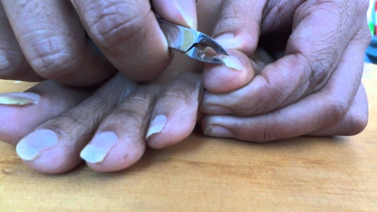 Guy is cutting his toenails - YouTube
