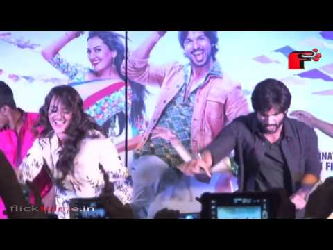Saree Ke Fall Sa Dance Performance By Shahid Kapoor And Sonakshi On Stage