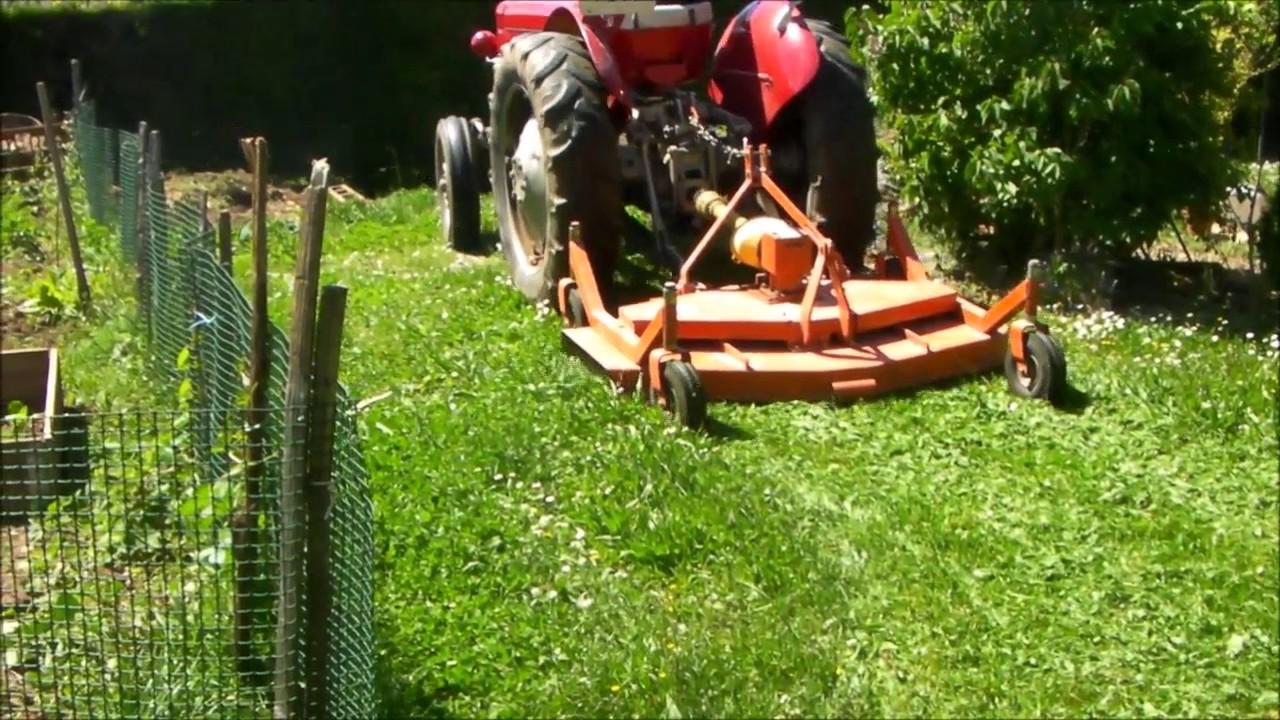 tondre la pelouse avec un massey fergusson 825 youtube. Black Bedroom Furniture Sets. Home Design Ideas